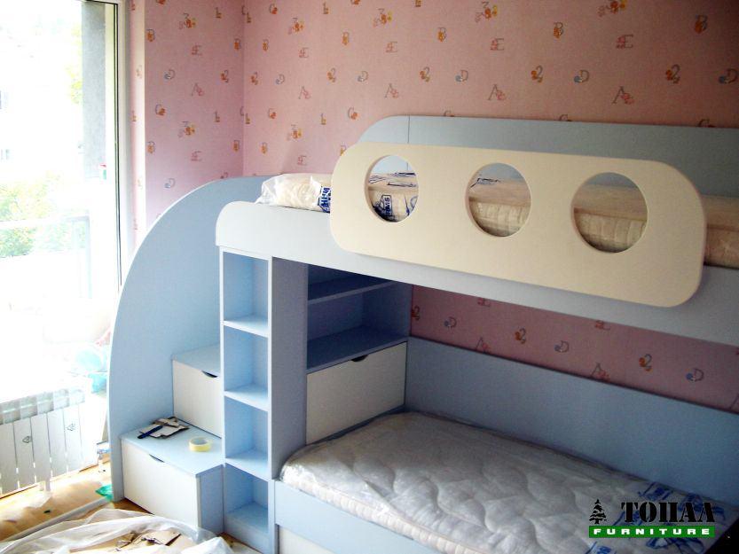 Детско креватче на два етажа със стълба в небесно синьо