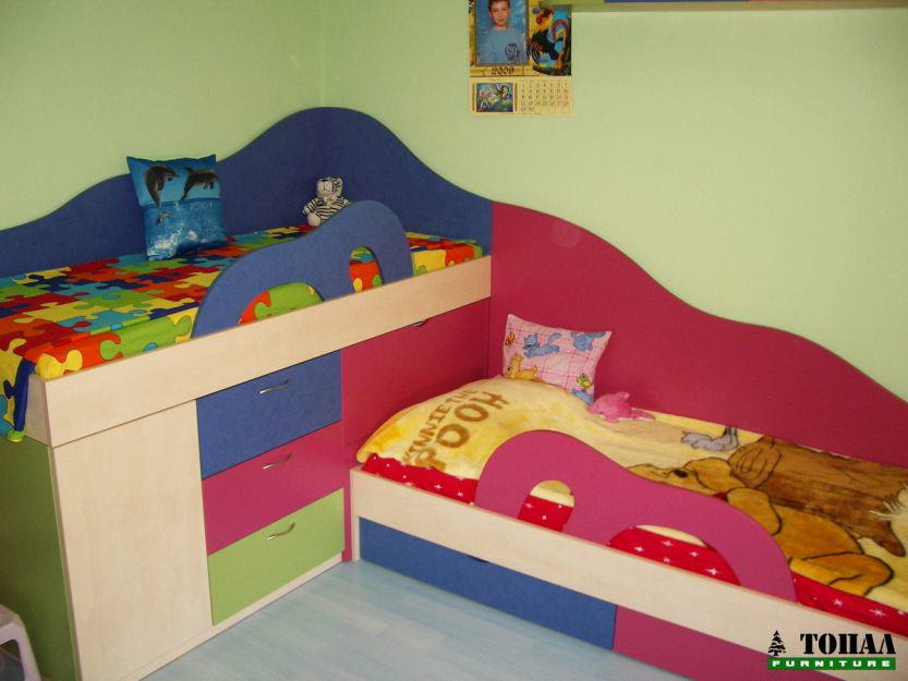 Детска стая с двуетажно лело с синьо и розово