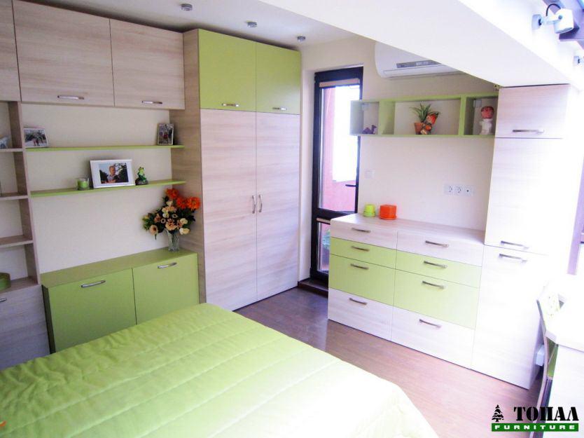 Зелена ябълка и бреза в детската стая