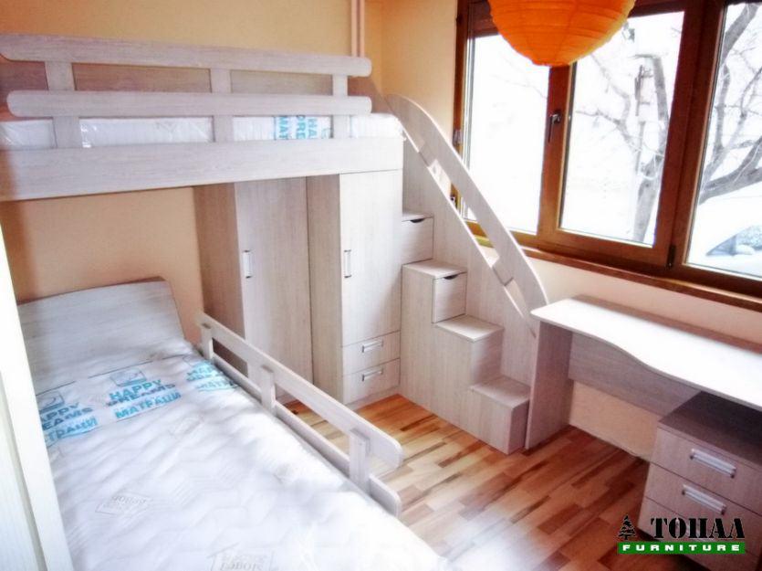 Двуетажно легло с много малки стълбички