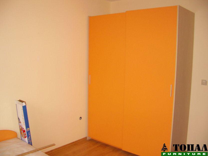 Оранжев гардероб с плъзгане без кант дръжка в детска стая