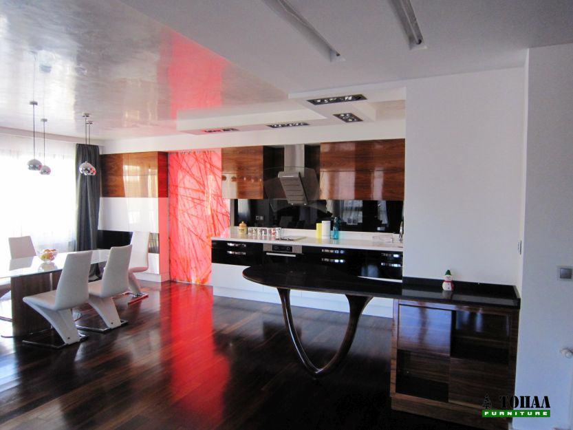 Дизайнерска кухня бяло черно и дърво