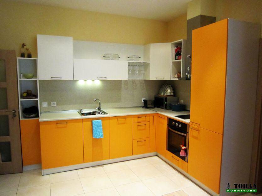 Оранжева кухня с ниски горни шкафове