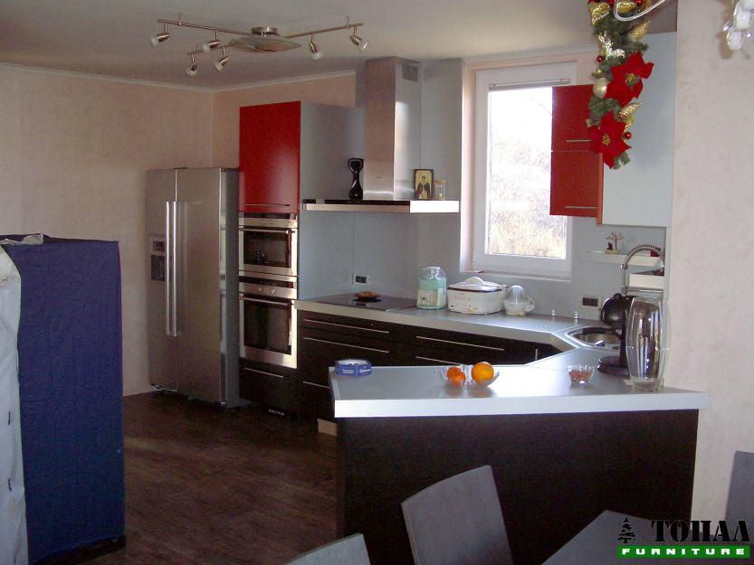 Кухня с фурна и микровълнова една над друга
