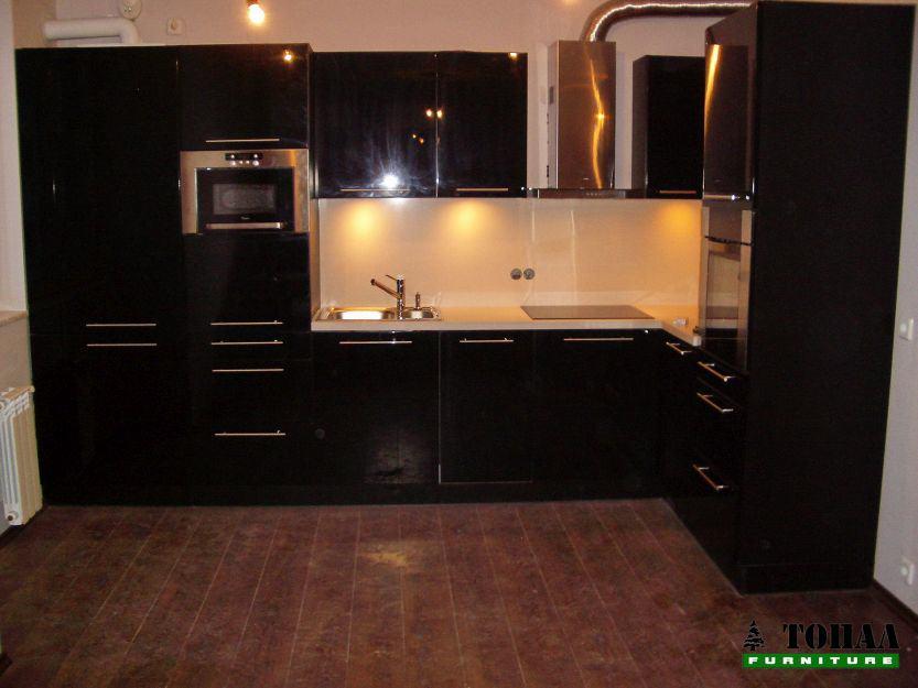 Кухня черно гланц с големи дръжки