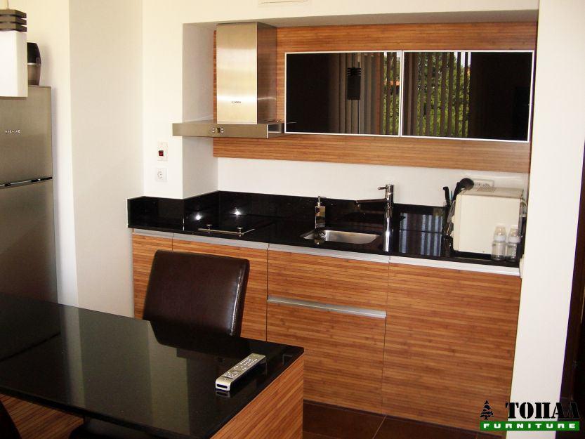 Кухня с черно стъкло и алуминиев кант