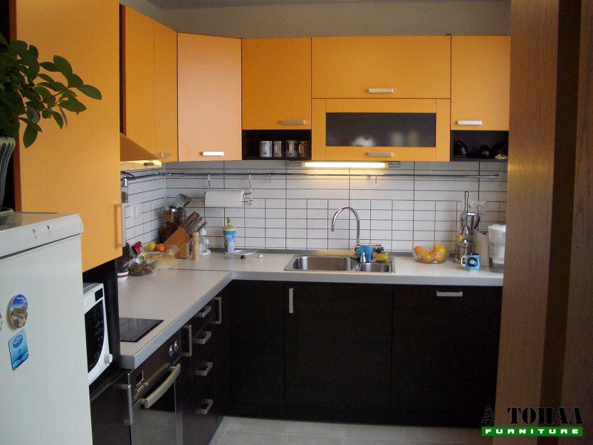 Кухня в оранжево и венге с тръба за окачване на аксесоари