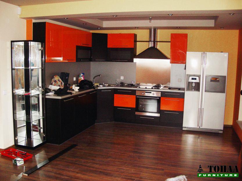 Кухня с голям хладилник и витринка