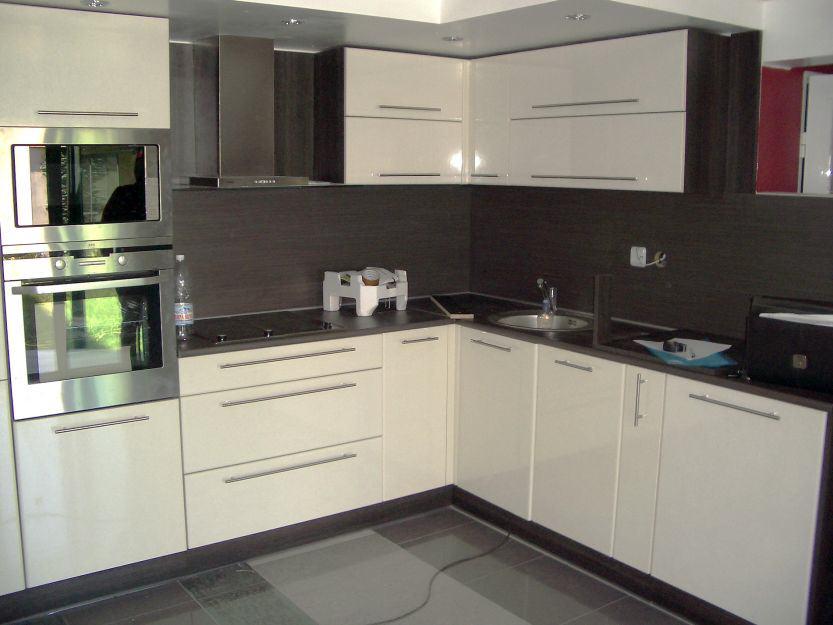 Кухня с колонен шкаф с фурна и микривълнова