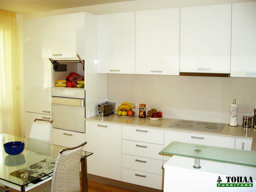 Бяла кухня с бели уреди и скрита микровълнова