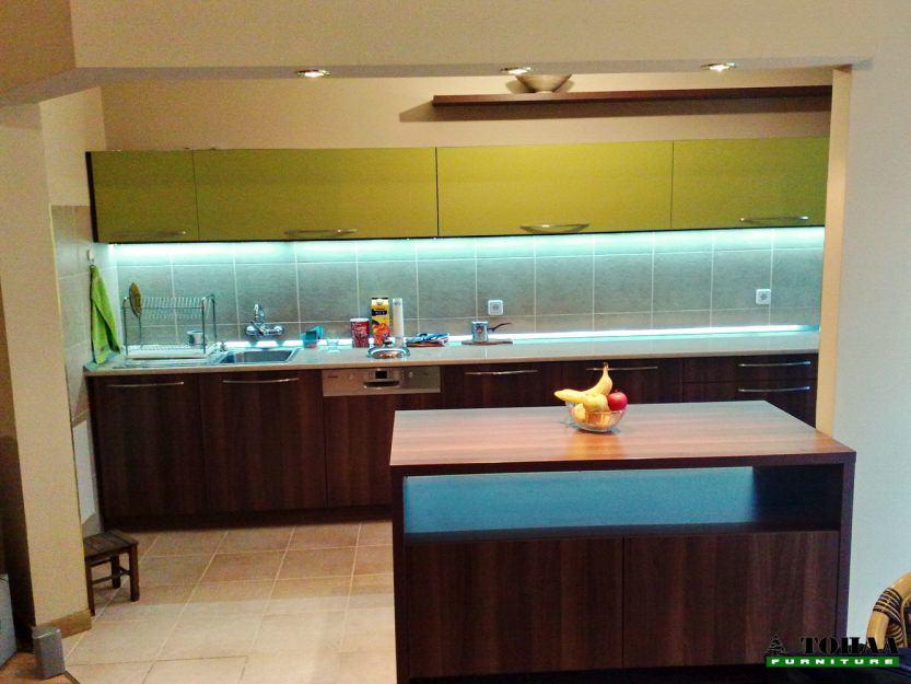 Кухня с лед осветление под горен ред шкафове
