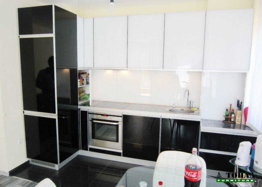 Кухненско обзавеждане със стъклени врати лакобел