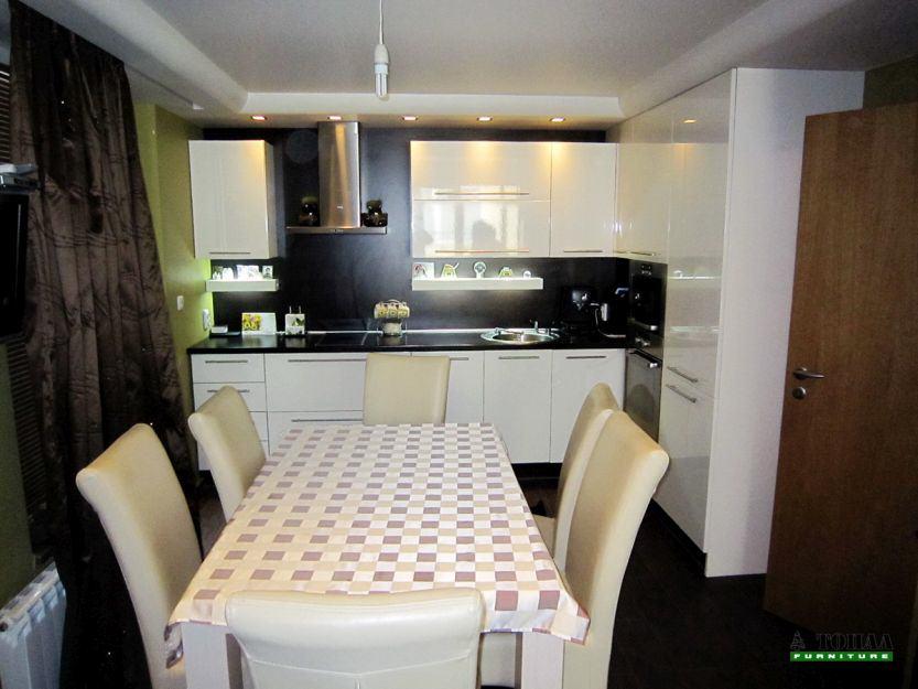Бяла кухня гланц с светещи лавици