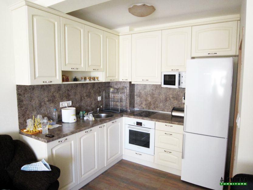 Ретро кухня в крем цвят и козирка