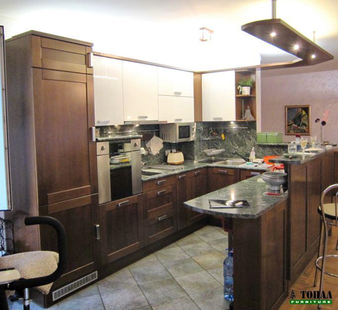 Кухня с каменно зелен плот с козирка над бара