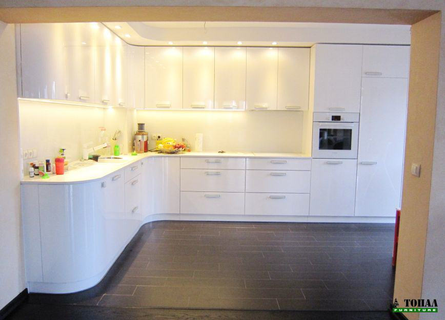 Голяма кухня бало гланц с вграден хладилник и камък плот
