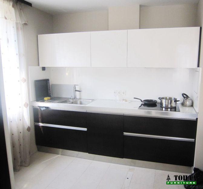 Кухня бяло и венге с кант дръжки