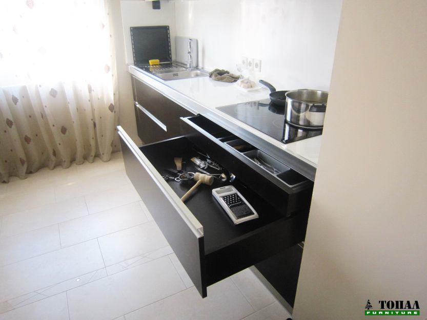 Разпределение на чекмедже в кухня със скрито чекмедже