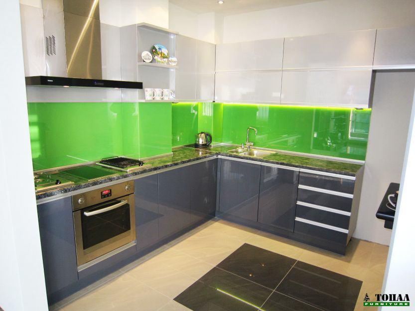 Кухня със стъклен гръб плот кант дръжки на вратите