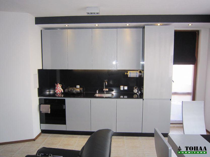 Сива кухня с черен камък плот
