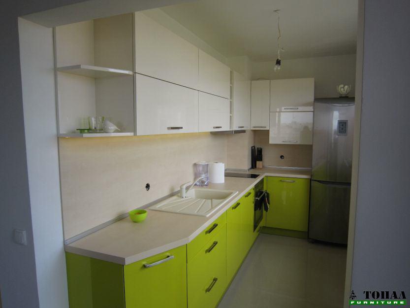 Свежо зелена кухня с дигащи вратички механизми BLUM