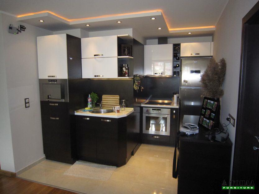 Кухня на две стени венге и бяло гланц