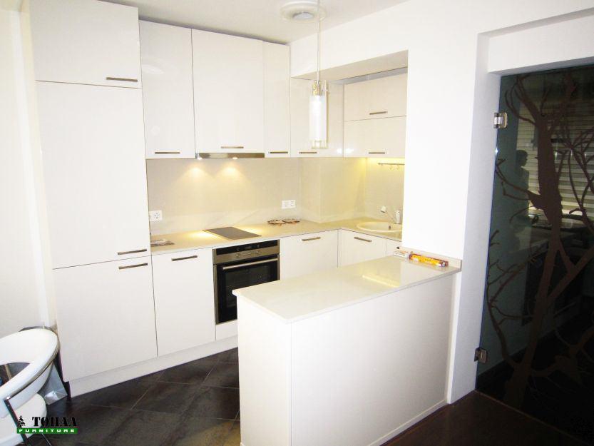 Чисто бяла кухня с вграден хладилник