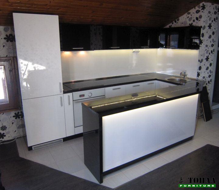 Бяло и черна кухня с бар плот