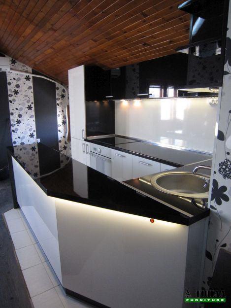 Дизайн на кухня в бяло и черно гланц с плот черен гланц