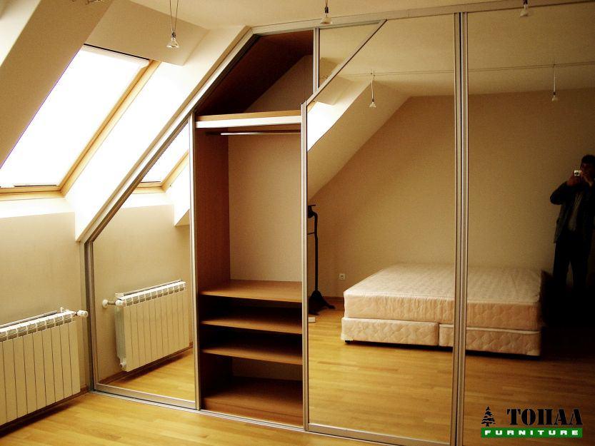 Гардероб под скосен таван с огледала