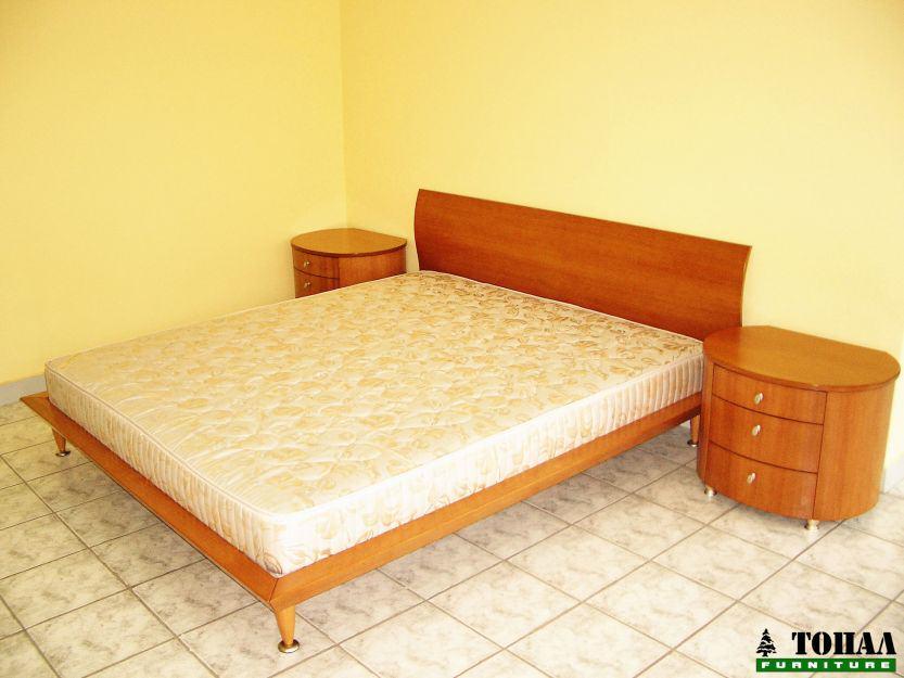 Спалня масивна дървесина и кръгли нощни шкафчета