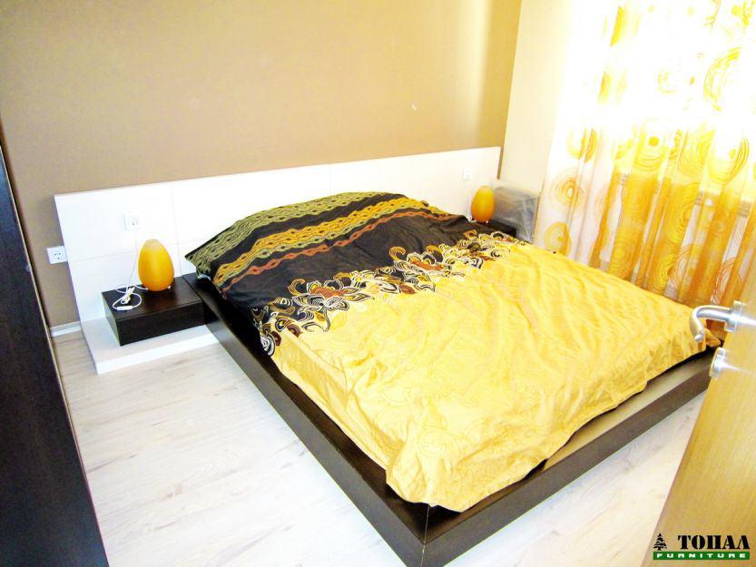Спалня с борд на пода