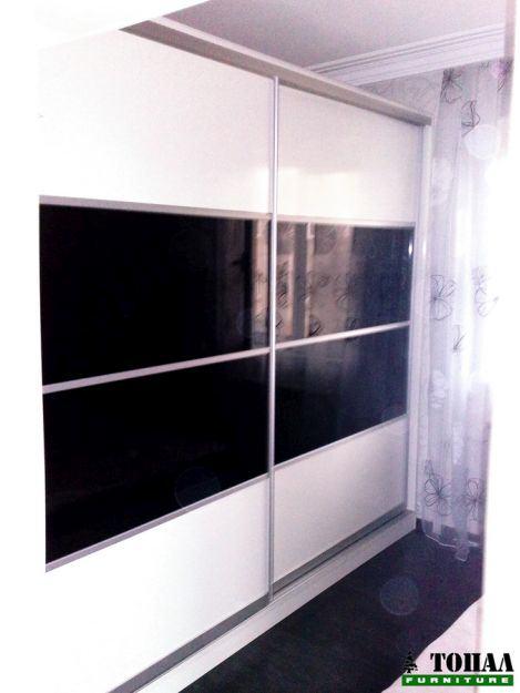 Гардероб с плъзгане бяло и черно стъкло
