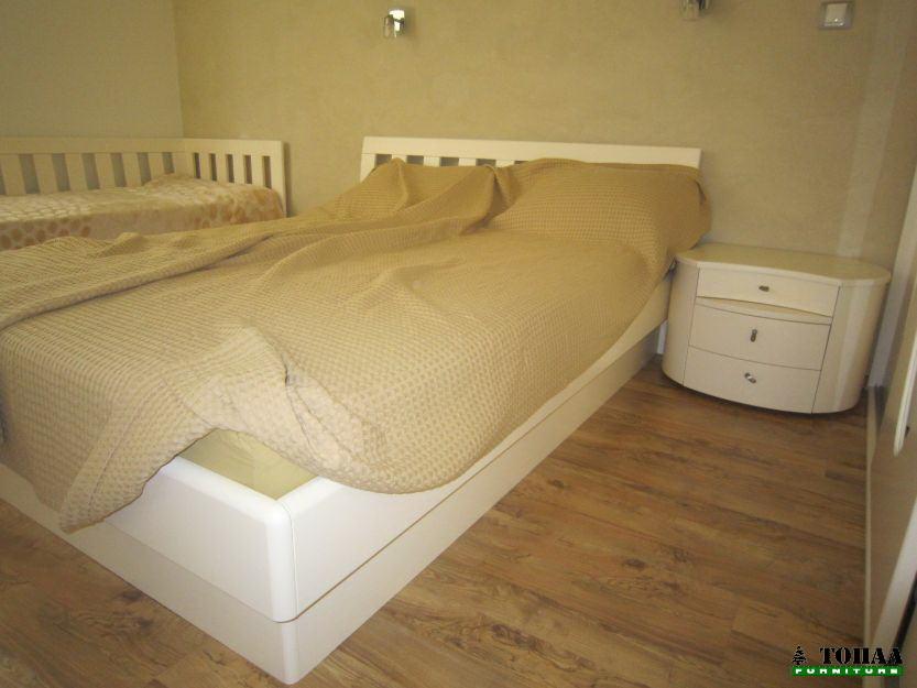 Спалня с кръгли нощни шкафчета