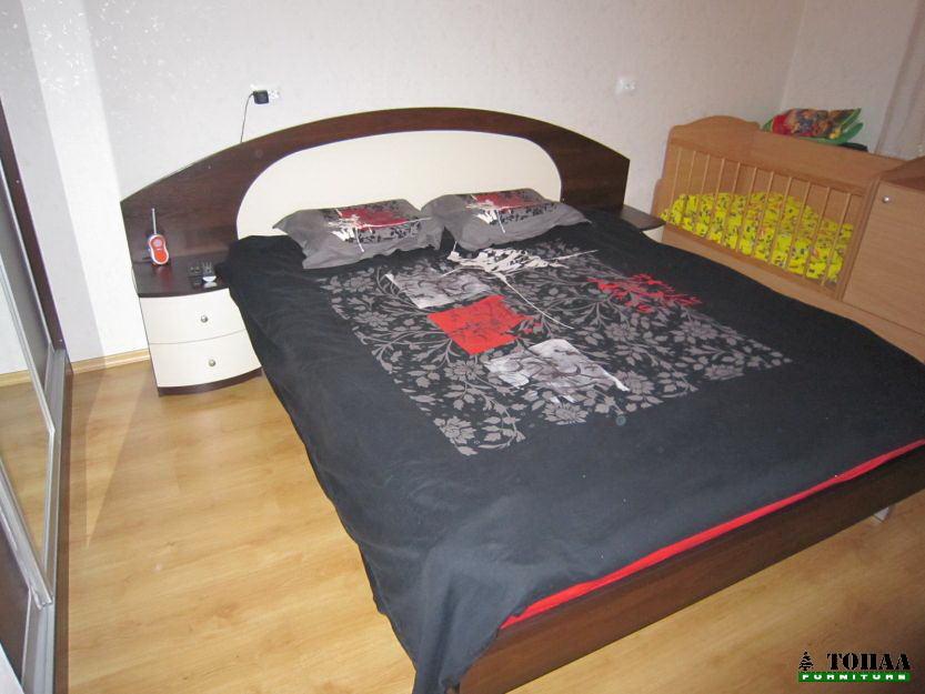 Спалня със заоблени нощни шкафчета