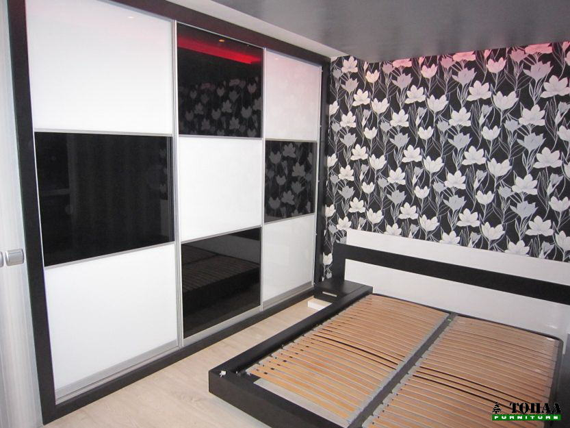 Гардероб в бяло и черно на кубчета