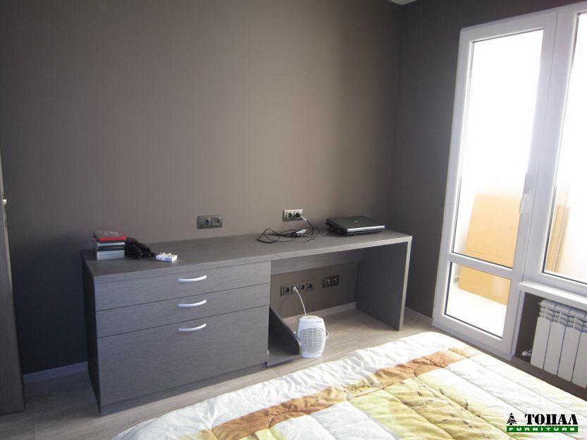 Бюро и скрин в светло сиво