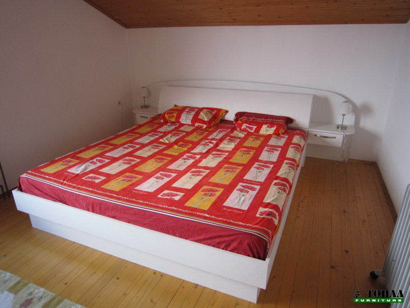 Бяла спалня мат с малки нощни шкафчета