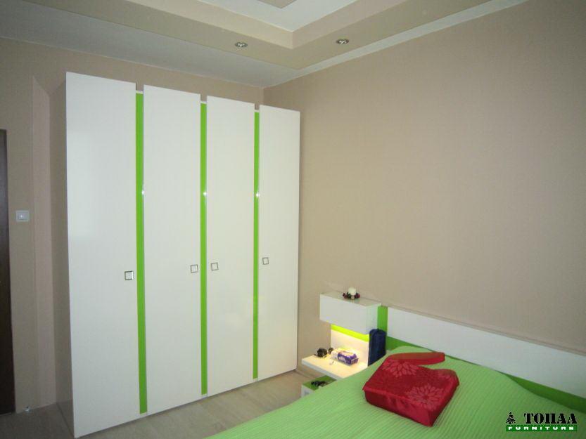 Спалня в бяло и зелено гланц