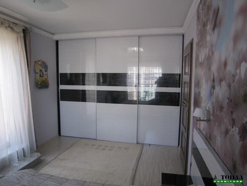 Дизайнерски гардероб бяло и черно на черти