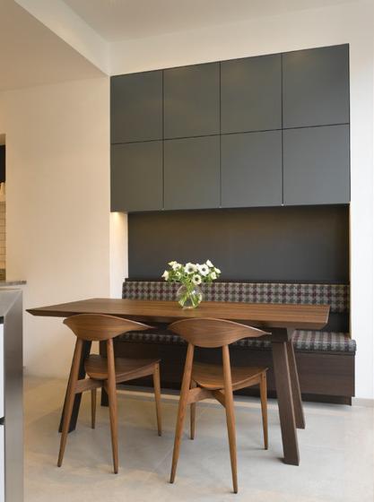 Кухненски шкафове над място за сядане
